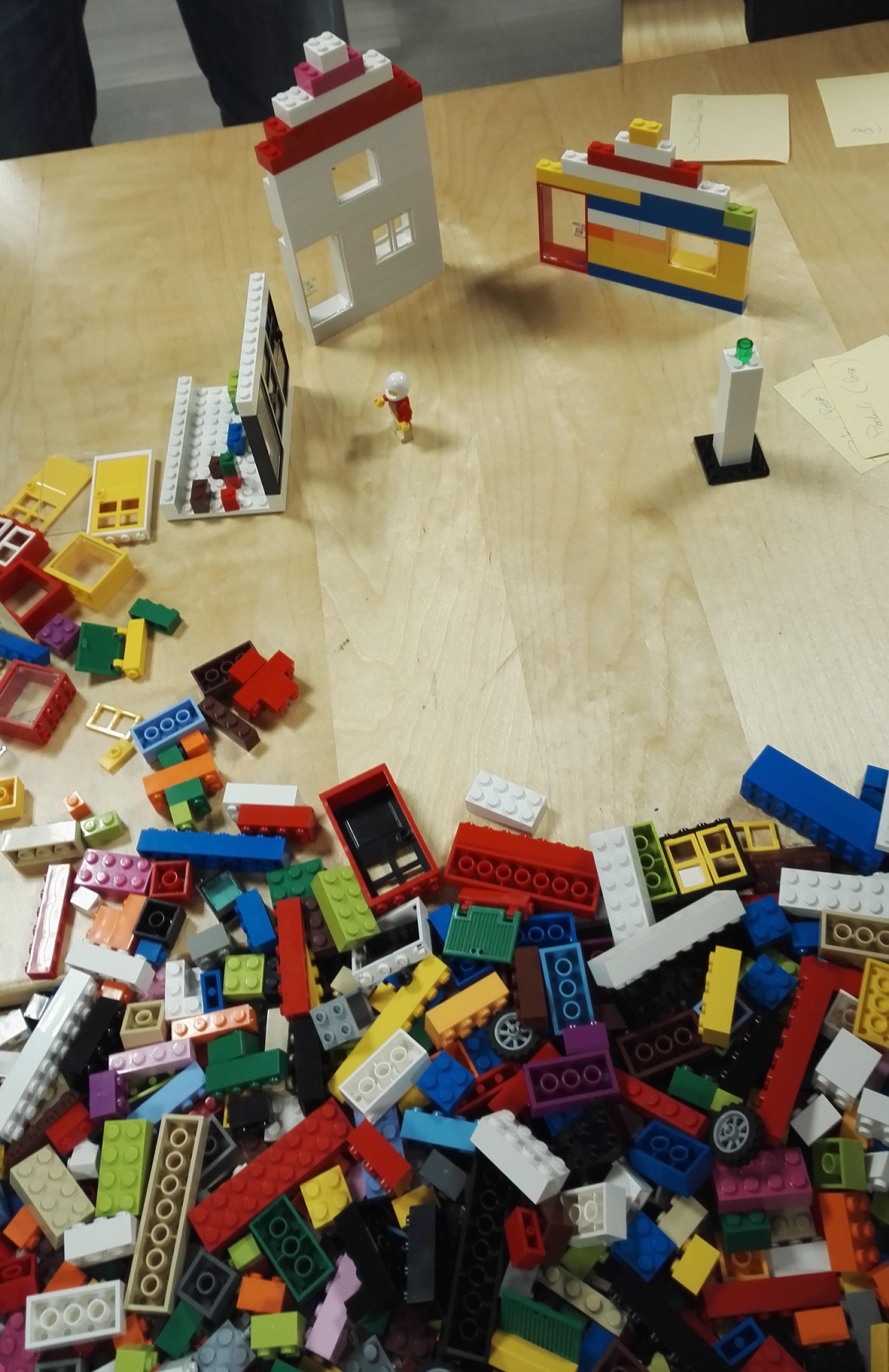 Construction en LEGO sur une décharge